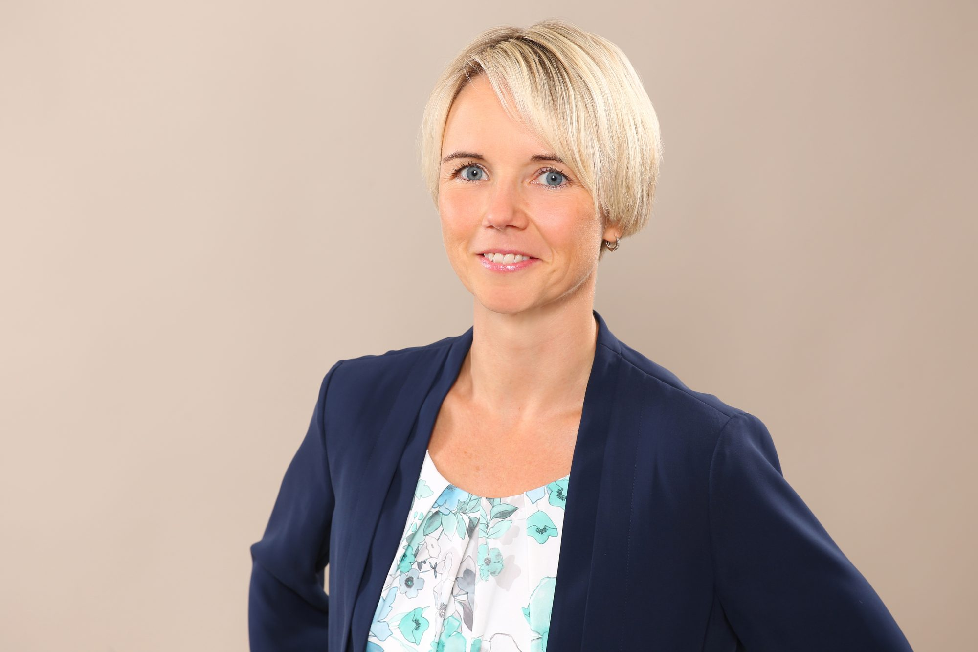 Dr. Claudia Welle